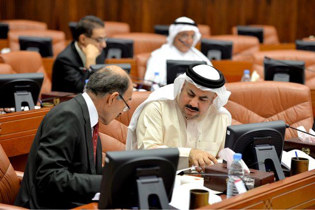 أبل والعويناتي يتبادلان الحديث خلال الجلسة - تصوير : أحمد آل حيدر