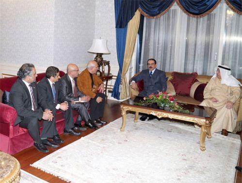 العاهل متحدثاً إلى رؤساء<br />تحرير الصحف المحلية أثناء<br />زيارة جلالته لكازاخستان