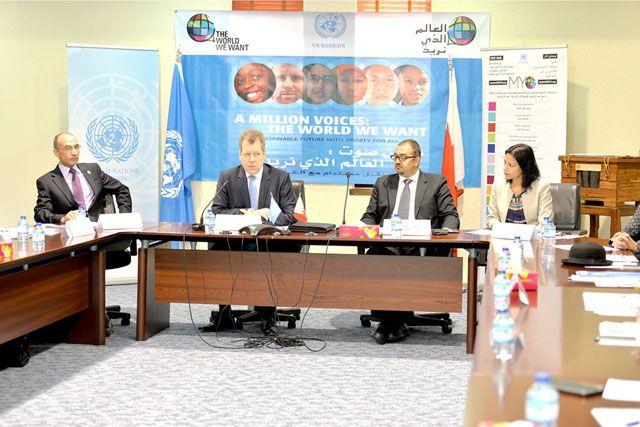 بيتر غروهمان (الثالث من اليمين) متحدثاً في المؤتمر الصحافي - تصوير : احمد آل حيدر