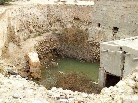 أحد مداخل قنوات المياه أسفل الأرض التي تقطعها فوهات للأعلى بمواقع مختلفة لتتدفق منها المياه من أجل سقي المزارع