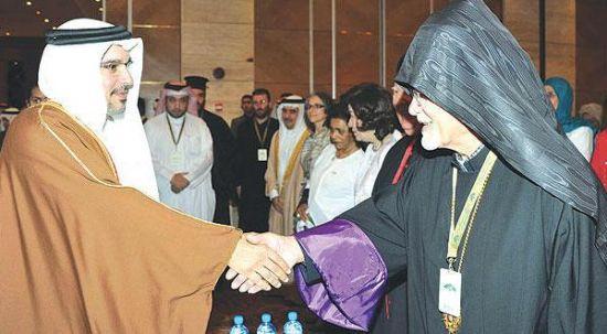 ولي العهد البحريني يصافح<br />أحد المشاركين في مؤتمر<br />الحضارات في المنامة أمس<br />(«الشرق الأوسط»)