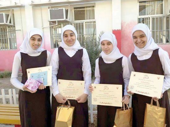 الأولى على «الإعدادية» سارة المزعل (الثالثة من اليمين)