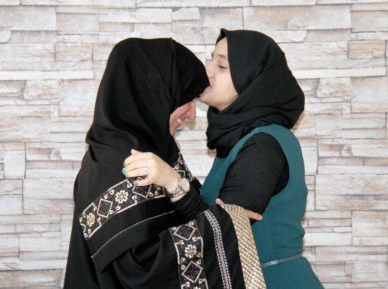 جنان تقبل جبين والدتها