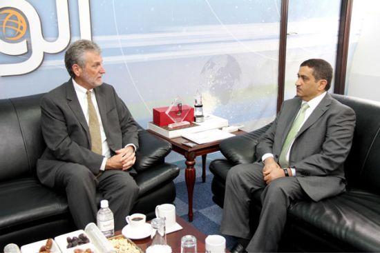 السفير الأميركي في المنامة<br />توماس كراجيسكي خلال حديثه<br />مع «الوسط» - تصوير : محمد<br />المخرق