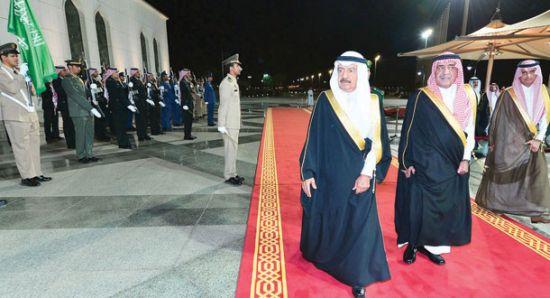 ولي ولي العهد الأمير مقرن<br />بن عبد العزيز لدى استقباله<br />رئيس الوزراء البحريني<br />الشيخ خليفة بن سلمان (واس)