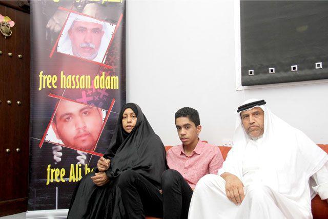 عائلة الحاج حسن آدم الذي حكم بالسجن 5 سنوات وابنه المحكوم بالسجن 7 سنوات وإسقاط جنسيته - تصوير : محمد المخرق