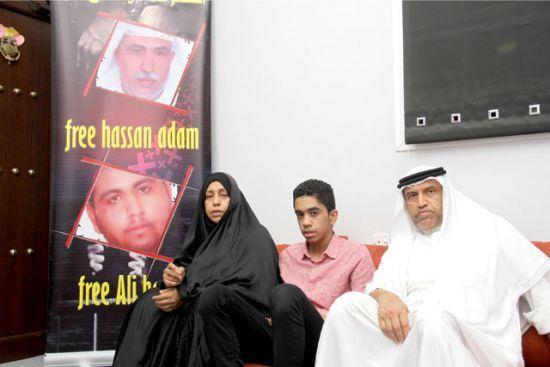 عائلة الحاج حسن آدم الذي<br />حكم بالسجن 5 سنوات وابنه<br />المحكوم بالسجن 7 سنوات<br />وإسقاط جنسيته - تصوير : محمد<br />المخرق
