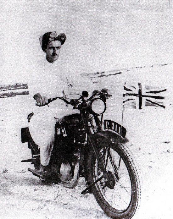 صورة الوالد محمد الخان عام 1944 وكان وضع العلم البريطاني إجبارياً