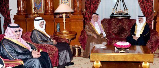 عاهل البلاد مستقبلاً الوفد<br />السعودي برئاسة الأمير سعود<br />الفيصل - بنا