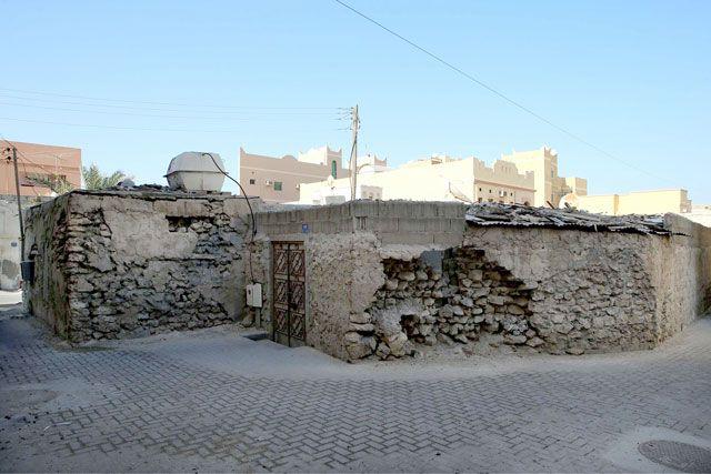 أحد البيوت المتهالكة في سترة التي انتقل مع أجزاء منها إلى محافظة العاصمة