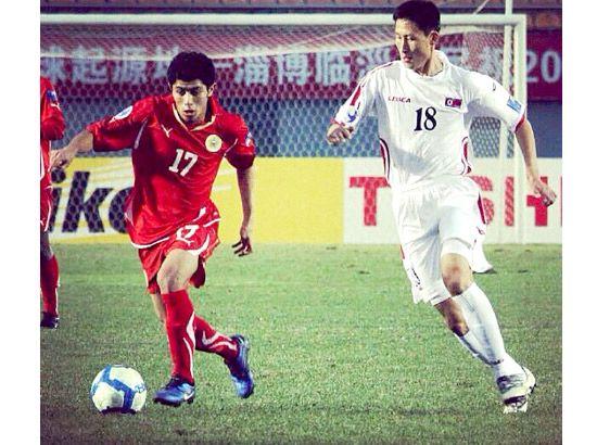 لاعب منتخب البحرين ضياء سلمان (يسار الصورة)