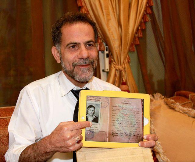 كريمي يحمل صورة من جواز سفر والده - تصوير : محمد المخرق