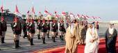 العاهل يتقدم جموع المستقبلين لرئيس الوزراء بعودته للبحرين