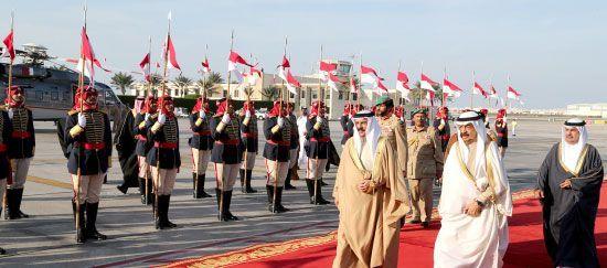 جلالة الملك وكبار<br />المسئولين استقبلوا رئيس<br />الوزراء لدى عودته إلى<br />البحرين