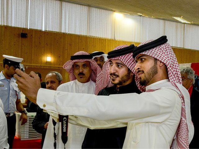 طالب جامعي يلتقط صورة سيلفي مع سمو الشيخ خالد بن حمد - تصوير : زكريا عمران