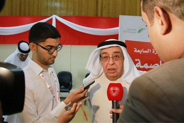 محمد بن مبارك يدلي بتصريح لـ«الوسط» - تصوير : محمد المخرق