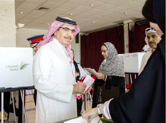 وزير الداخلية يدلي بصوته في مركز الاقتراع بنادي عوالي - تصوير زكريا عمران