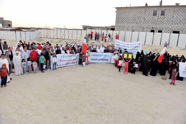 أهالي عراد يواصلون مطالبتهم بأحقيتهم في الوحدات بمشروع عراد الإسكاني - تصوير : أحمد آل حيدر