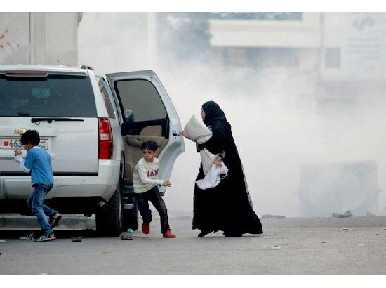 [ بحرينية تهرب مع أبنائها من الغاز المسيل للدموع الذي انتشر في البلاد القديم، وذلك بعد أن دارت المواجهات مجدداً يوم أمس الجمعة (2 يناير/ كانون الثاني 2015)، وذلك للمطالبة بالإفراج عن الأمين العام لجمعية الوفاق الشيخ علي سلمان.