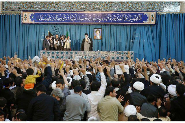 السيد علي خامنئي يلوح للجمهور لدى حضوره احتفالات عيد النوروز في مدينة مشهد - AFP