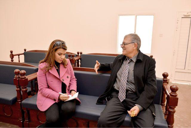 نونو يسرد الحكاية تلو الآخرى لـ «الوسط» عن الكنيس اليهودي في المنامة - تصوير : أحمد آل حيدر