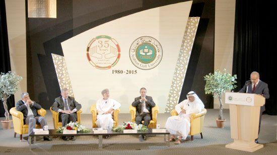 الخبراء في مجال الطاقة والماء والغذاء يتحدثون خلال الندوة التي نظمتها جامعة الخليج العربي - تصوير محمد المخرق