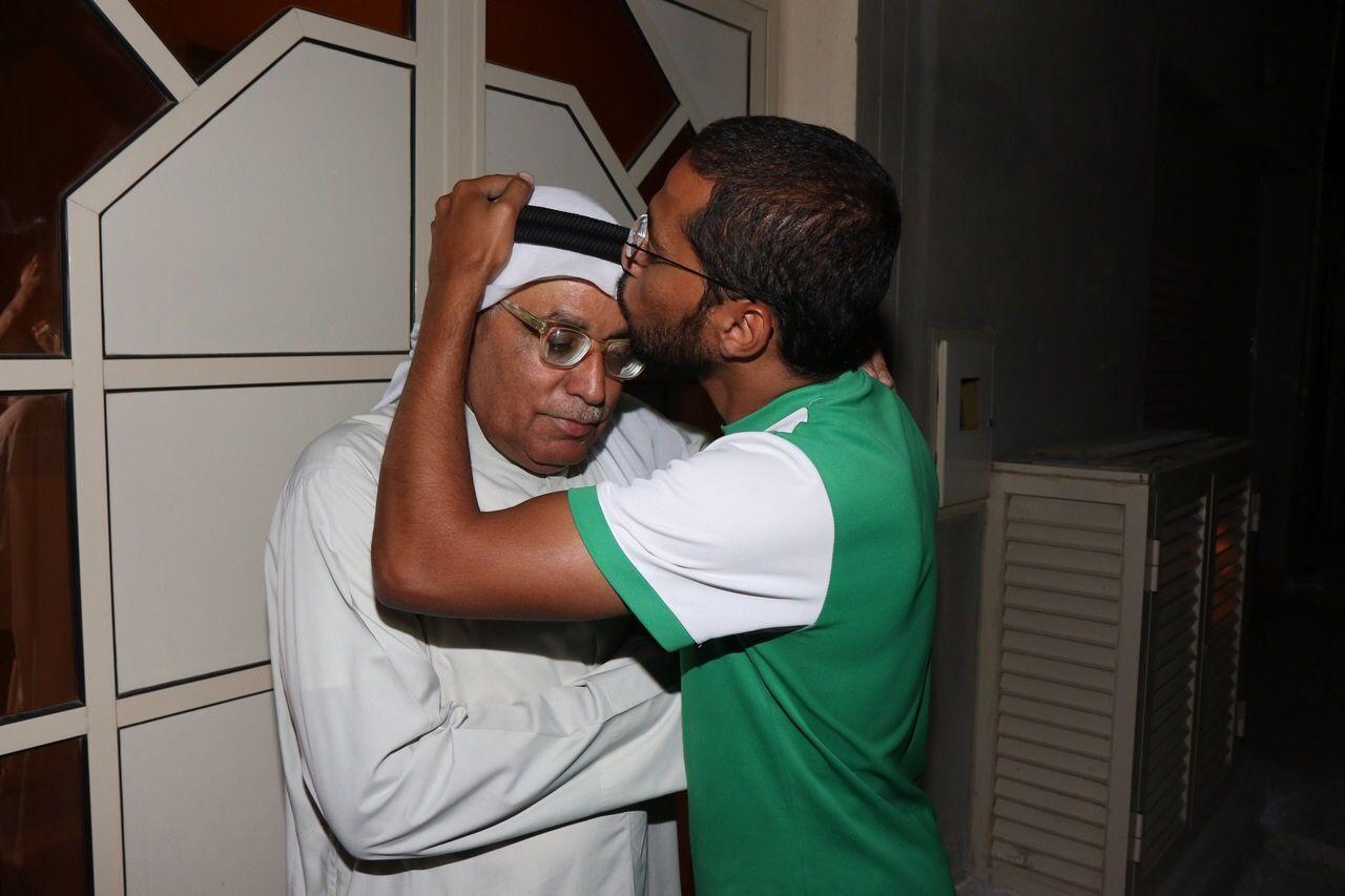 المصور عمار عبدالرسول مع والده بعد الإفراج عنه