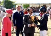 عاهل البلاد المفدى والملكة اليزابيث الثانية يحضران مراسم تتويج الفائزين في البطولة العسكرية للقفز على الحواجز