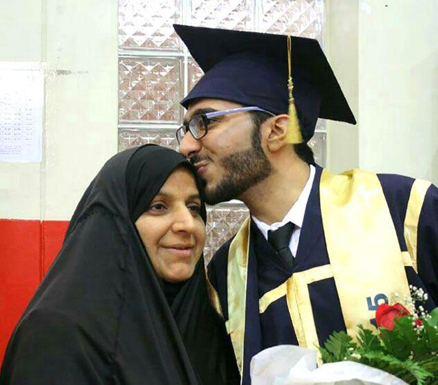 المتفوق مصطفى يقبّل رأس والدته بعد تخرجه