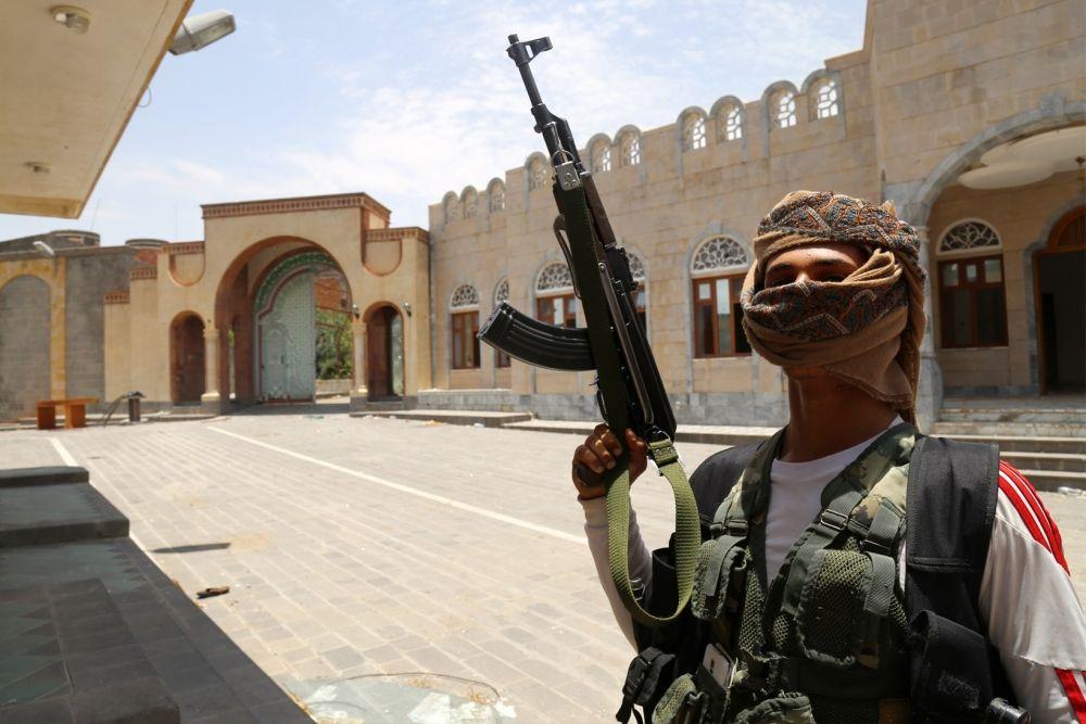 مقاتل موالٍ للرئيس اليمني عبدربه منصور يقف في باحة منزل الرئيس السابق علي عبدالله صالح بمدينة تعز بعد أن استولوا عليه من الحوثيين أمس السبت - AFP