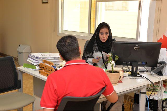 إجراءات تسجيل المواطنين للحصول على المبالغ التعويضية - تصوير : أحمد آل حيدر