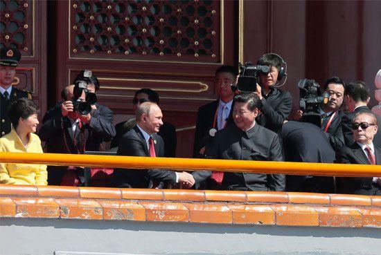 الرئيس الروسي فلاديمير بوتين والرئيس الصيني شي جين بينغ قبل بدء العرض العسكري في بكين بمناسبة الذكرى الـ70 لنهاية الحرب العالمية الثانية والنصر في حرب اليابان