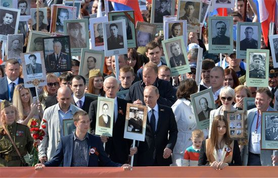 فلاديمير بوتين يقود مسيرة المنظمة الإقليمية الوطنية