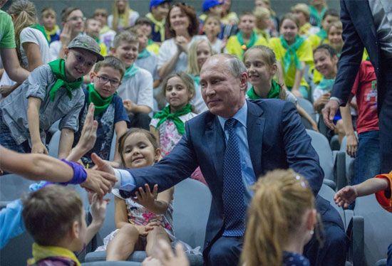 الرئيس الروسي فلاديمير بوتين في مركز علوم البحار والأحياء البحرية في موسكو يتحدث إلى الأطفال