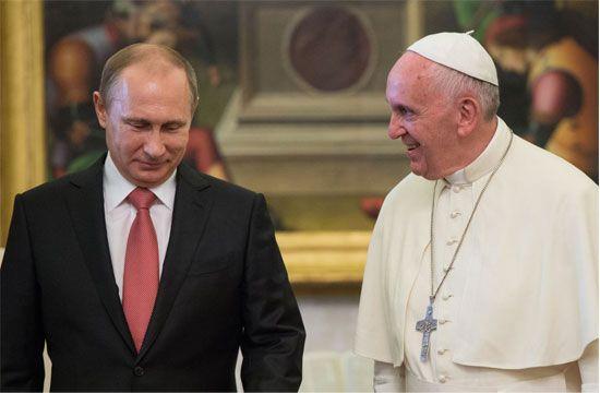الرئيس الروسي فلاديمير بوتين والبابا فرانسيس خلال لقائهما في الفاتيكان