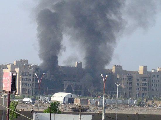 أعمدة الدخان تتصاعد من الفندق الذي تعرض للهجوم - reuters