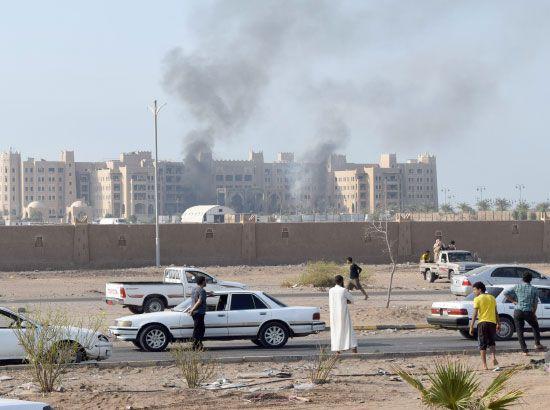 الدخان يتصاعد من فندق القصر في عدن بعد تعرضه لهجوم من قبل «داعش»   - afp
