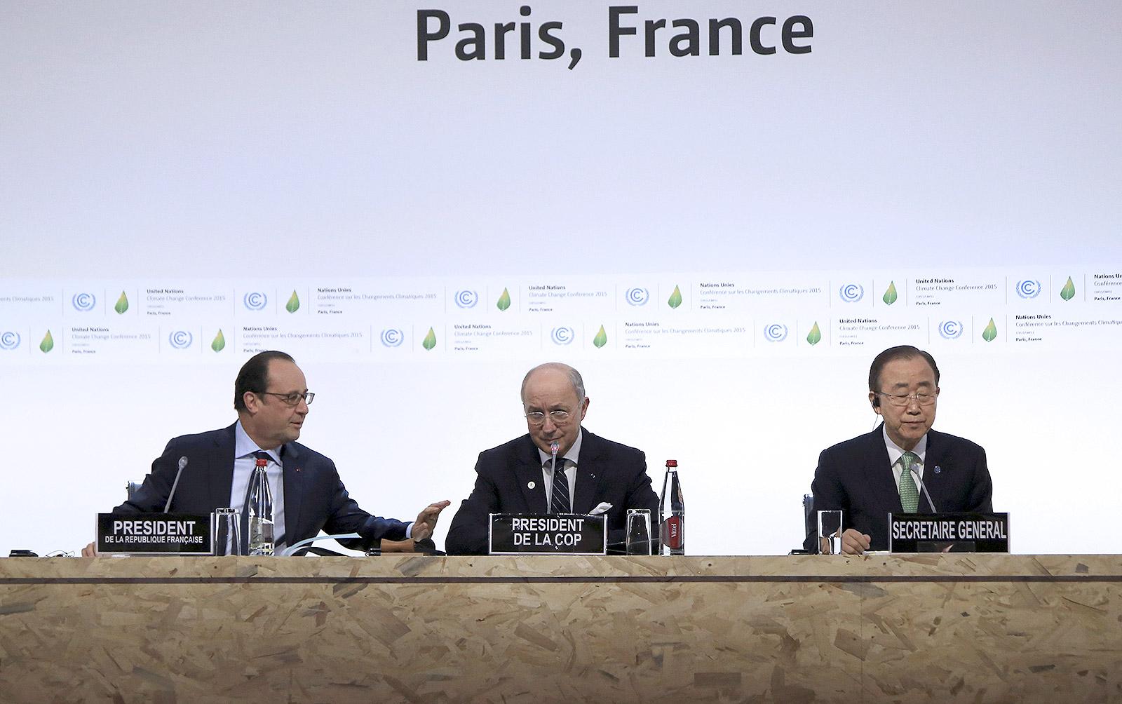 الرئيس  الفرنسي فرانسوا هولاند (يسار) ووزير الخارجية الفرنسي لوران فايبوس والامين العام للامم المتحدة بان كي مون خلال افتتاح قمة باريس للتغير المناخي (ا ف ب)