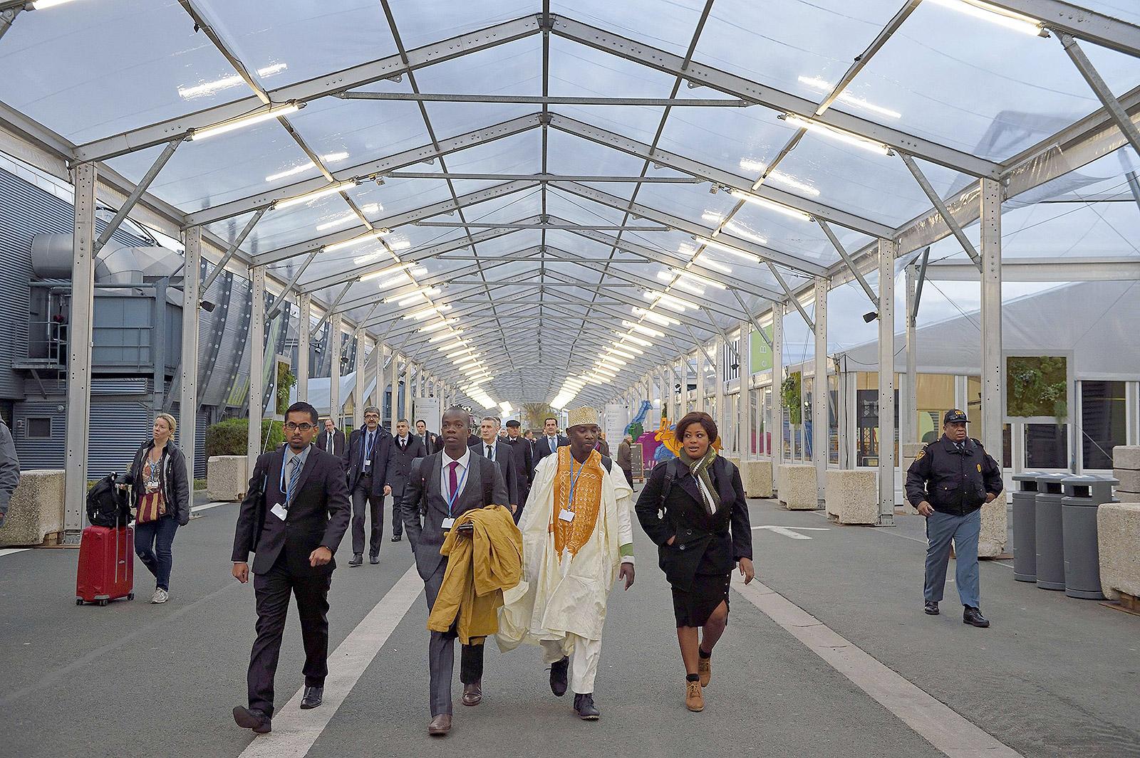 مدعوين يصلون لقمة المناخ التي تبدأ اليوم الاثنين 30 نوفمبر 2015 في باريس (ا ف ب)