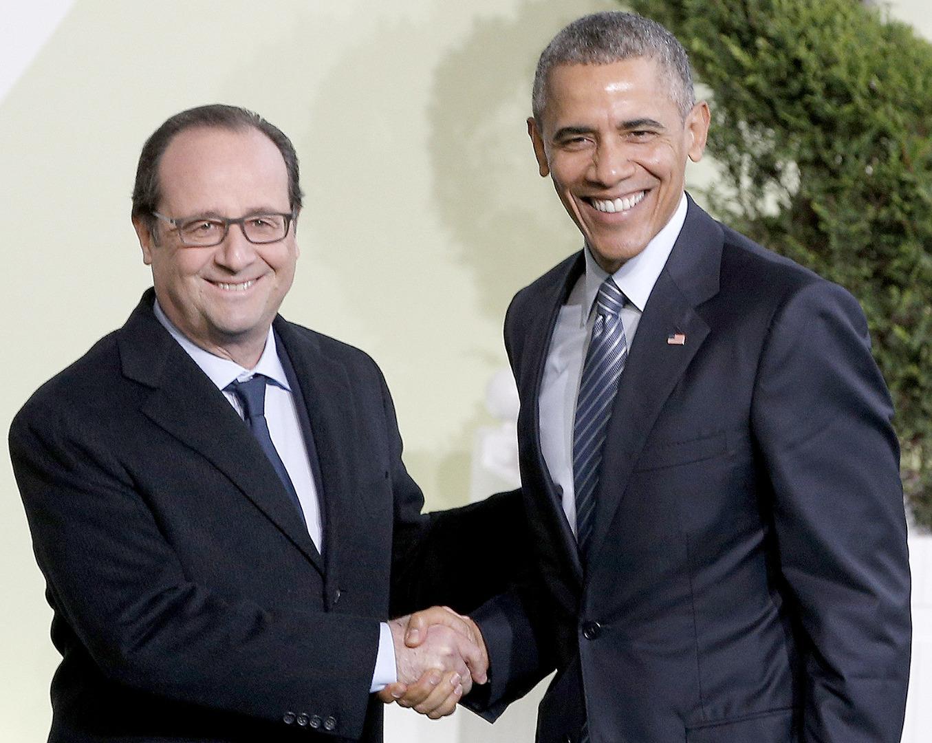 الرئيس الفرنسي فرانسوا هولاند يرحب بالرئيس الاميركي باراك اوباما (ا ف ب)