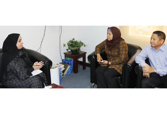 السكرتيران الأول والثالث في سفارة  الجمهورية الإندونيسية  في البحرين خلال لقاء مع «الوسط» - تصوير : محمد المخرق