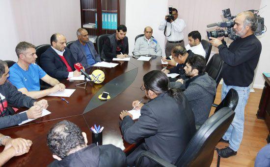 علي عيسى ومدرب المنتخب خلال المؤتمر الصحافي - تصوير جعفر حسن