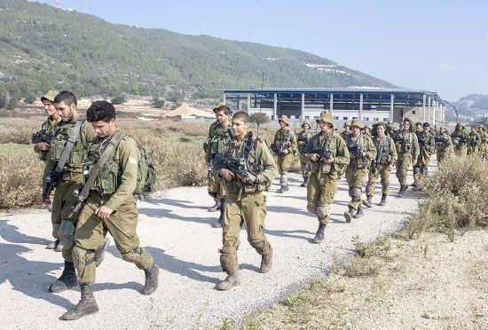 جنود إسرائيليون يقومون بدوريات على الحدود مع لبنان- afp