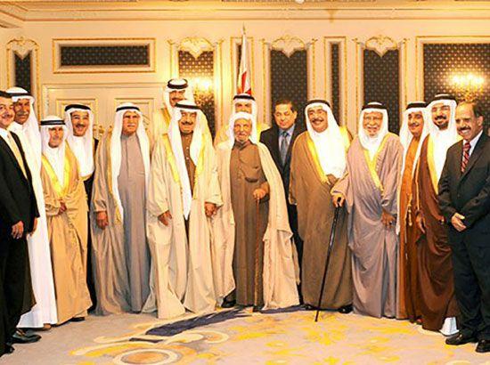 الحاج ميرزا التحو بجانب رئيس الوزراء صاحب السمو الملكي الأمير خليفة بن سلمان آل خليفة