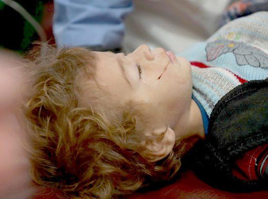 صبي سوري يتلقى العلاج في مستشفى ميداني قرب درعا إثر إصابته في غارة جوية روسية، وفقاً لنشطاء - REUTERS