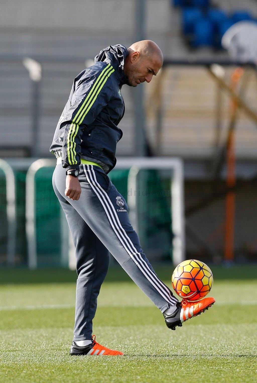 زين لدى قيادته تدريب ريال مدريد أمس