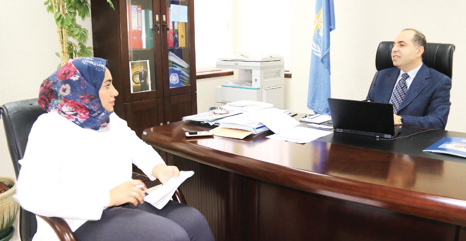 الممثل الإقليمي للمنظمة العالمية للأرصاد الجوية لمنطقة غرب آسيا متحدثاً إلى «الوسط»   (تصوير: محمد المخرق)