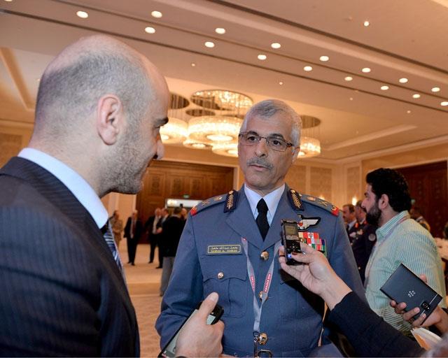 قائد سلاح الجو الملكي متحدثاً إلى الصحافيين