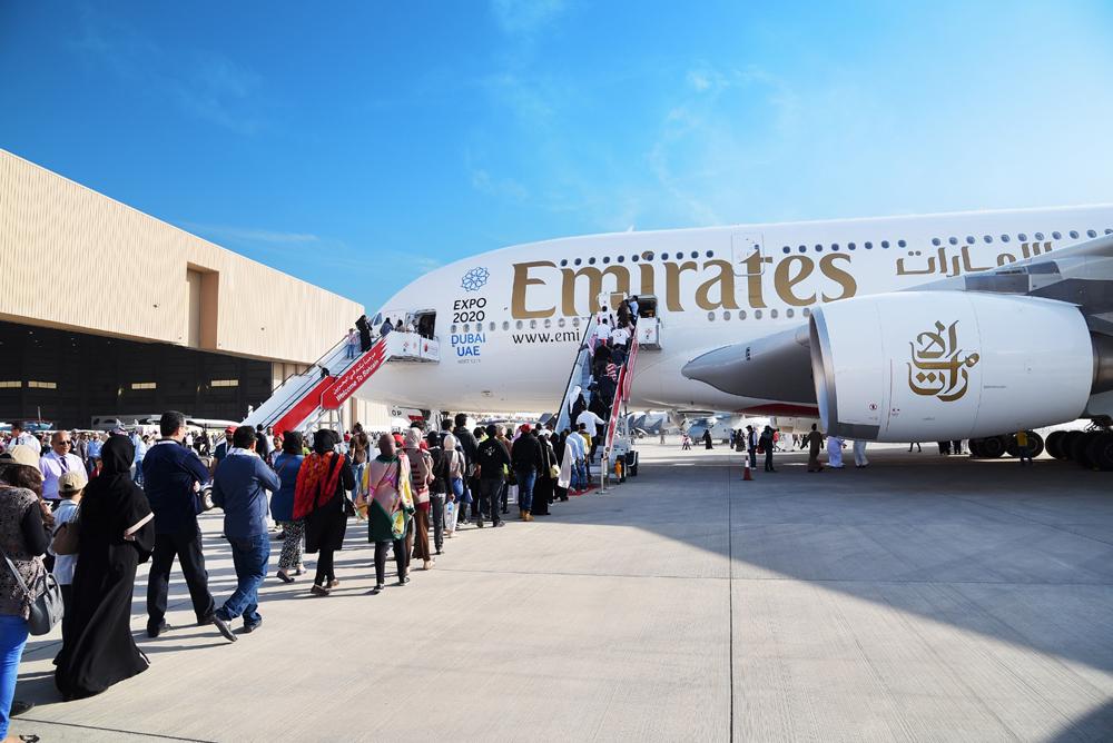صالح عيسى بن هندي، وفائقة بنت سعيد الصالح، وهشام الجودر، وعصام خلف داخل طائرة الإمارات الإيرباص A380