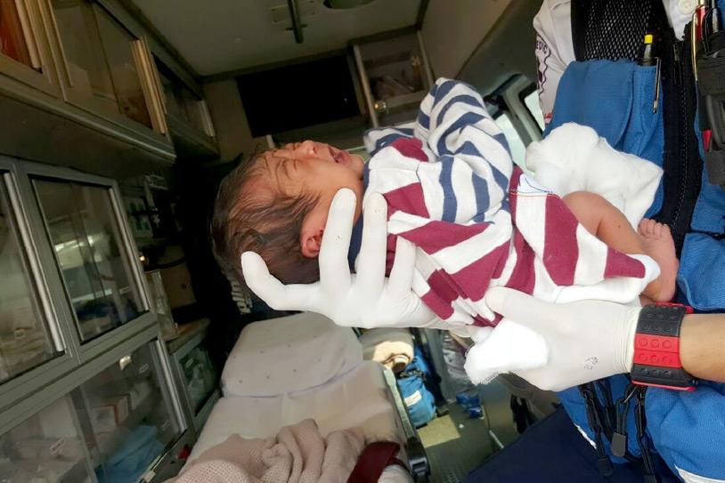 الرضيع يتلقى الإسعافات الأولية